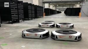 Robots trabajan 24 horas en una tienda de Hong Kong
