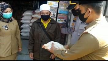 Indonesia regala pollos vivos a los vacunados