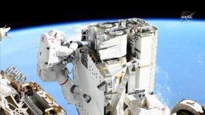 Astronautas no pueden instalar paneles solares en la EEI