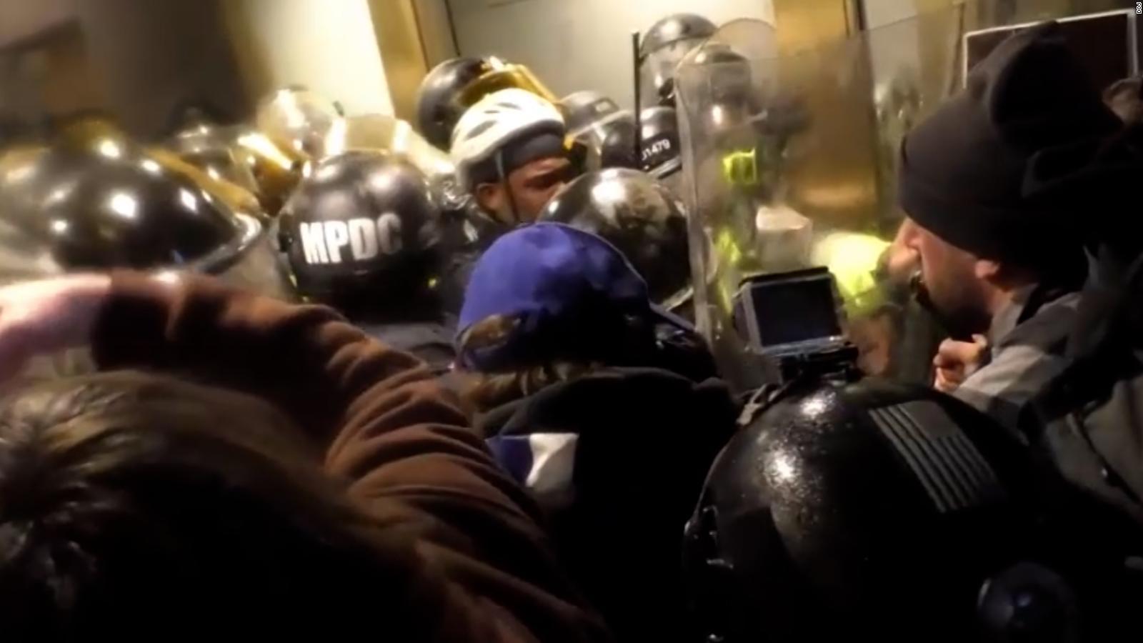Nuevo video muestra a joven de 23 años participando en el asalto al Capitolio: «No estoy haciendo nada»