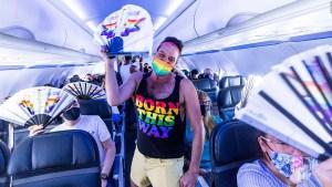 Avión de Alaska Airlines, con colores del Mes del Orgullo