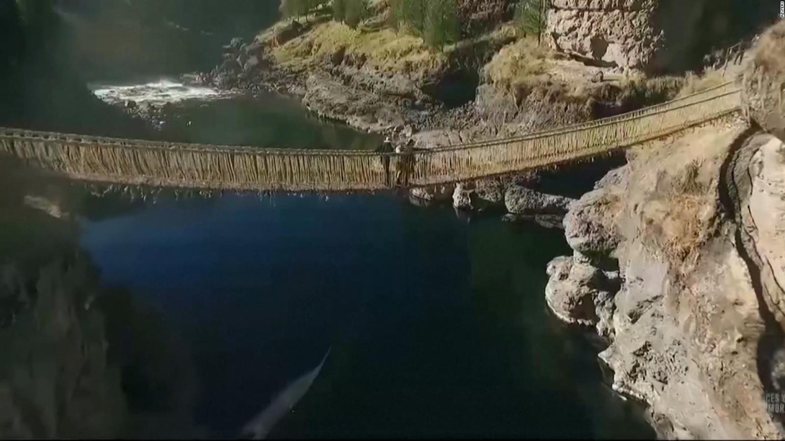 Al estilo inca, peruanos reconstruyen puente colgante en Cusco