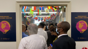 Queens abre centro de bienvenida para inmigrantes