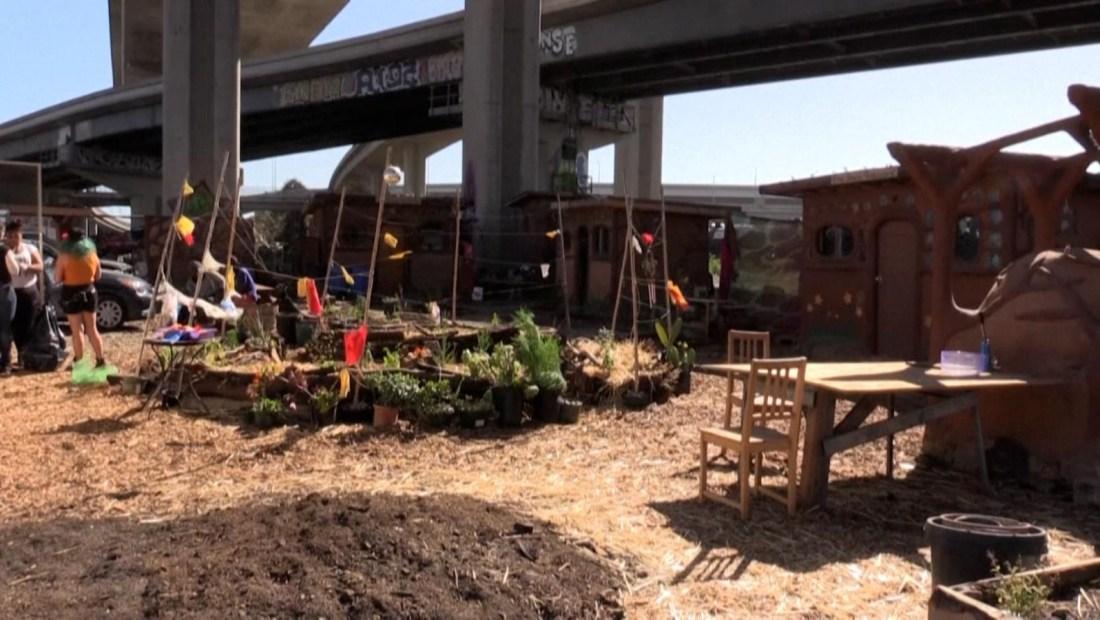 """Personas sin hogar en Oakland crean """"villa milagrosa"""""""