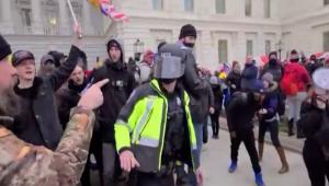 Mire los golpes a policías el 6 de enero en el Capitolio
