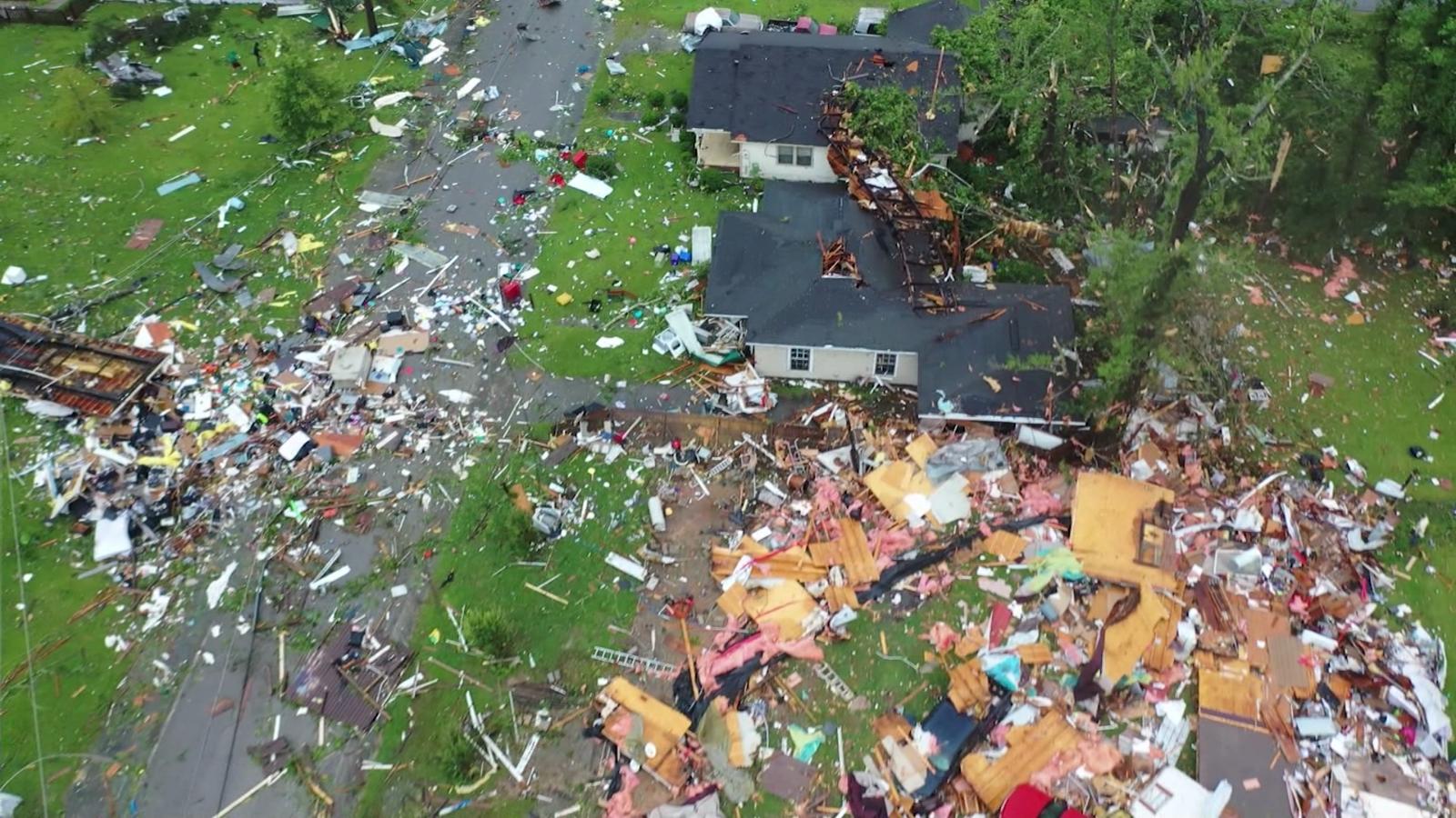Mira lo destrucción por el paso de un tornado en Brewton, Alabama
