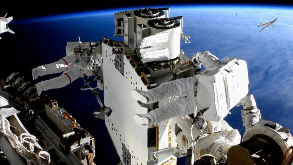 Ponen paneles solares en Estación Espacial Internacional