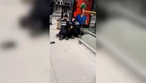 Graban a policía de Canadá sobre joven negro de 14 años