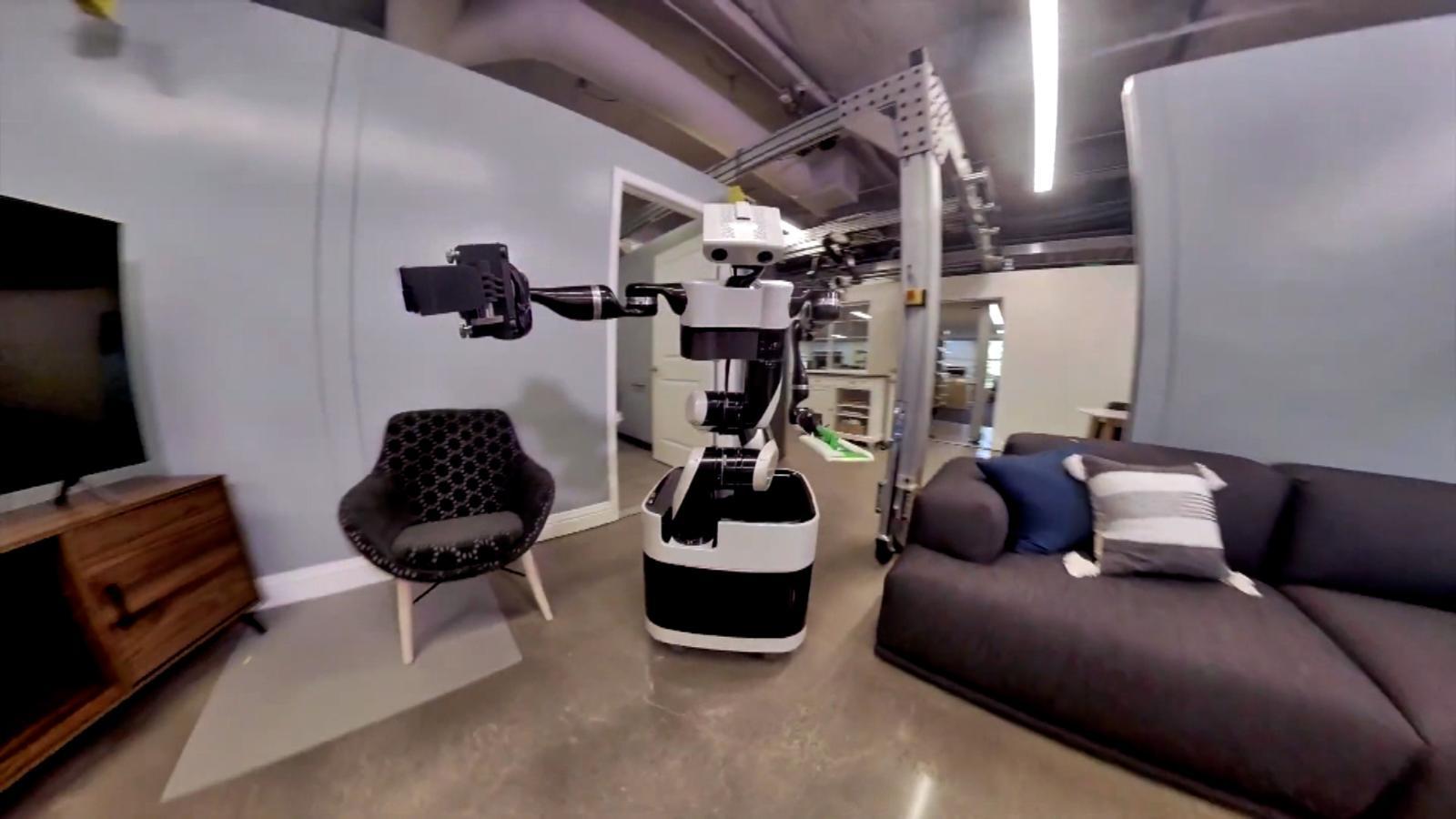 Este robot se toma selfies mientras realiza tareas domésticas