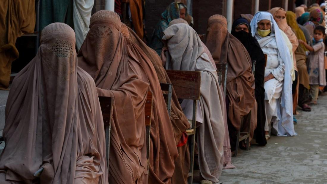 Primer ministro de Pakistán opina sobre ropa de mujeres