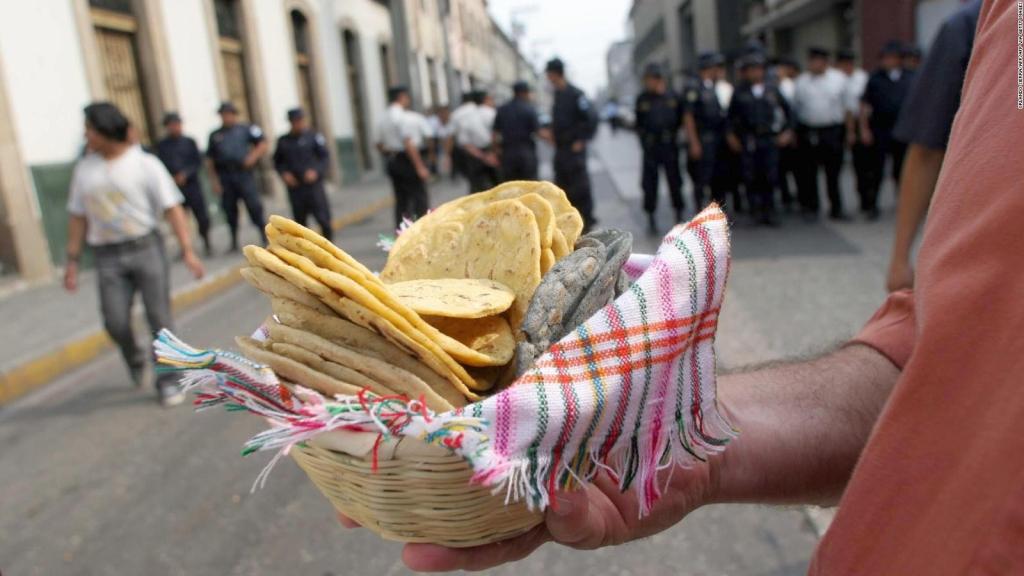 Lanzan tortillas a jugadores latinos de baloncesto