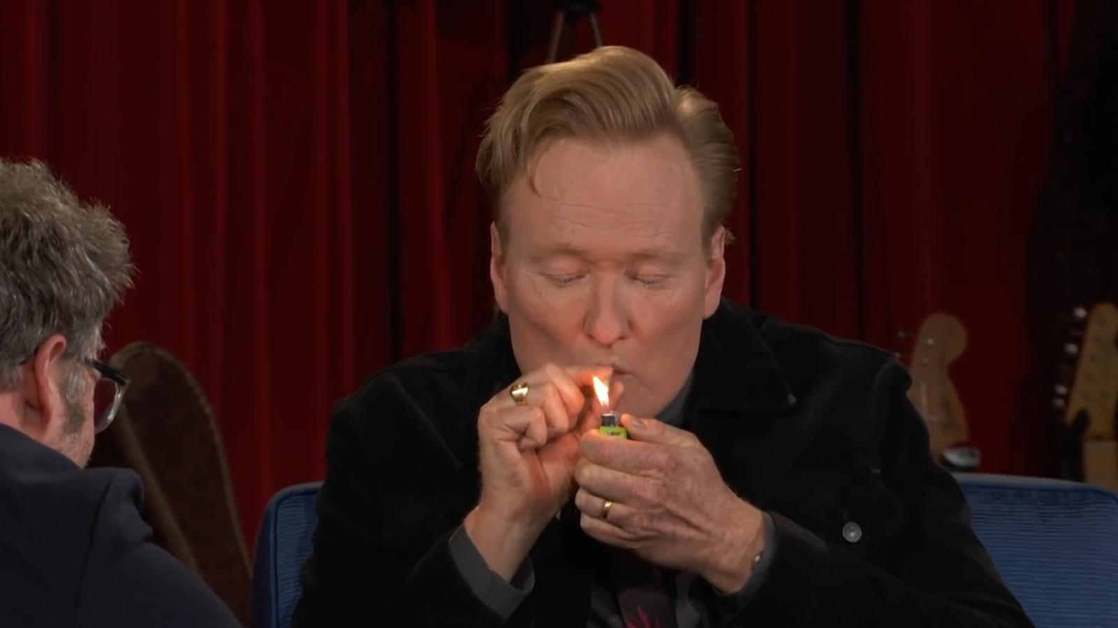 Conan O'Brien fuma marihuana ante las cámaras de televisión, después que Seth Rogen le regalara un porro
