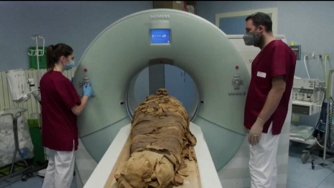 Mira a una momia egipcia ser escaneada en una tomografía