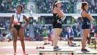 Gwen Berry causa polémica por dar espalda en el podio