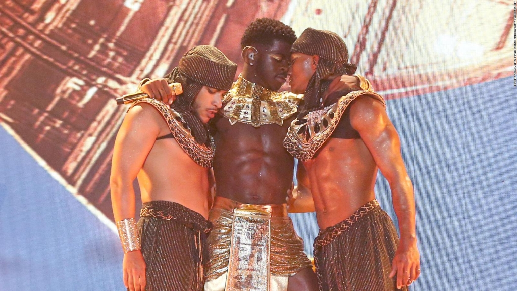 With a kiss, rapper Lil Nas X makes BET awards audiences euphoric