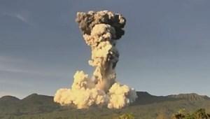 El momento exacto en que volcán hace erupción