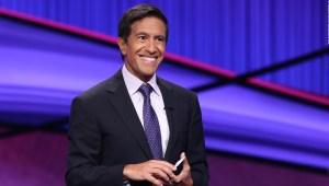 """Mira cómo presenta Sanjay Gupta el programa """"Jeopardy!"""""""