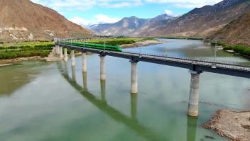 Así se ve viajar en un tren bala por el Tíbet