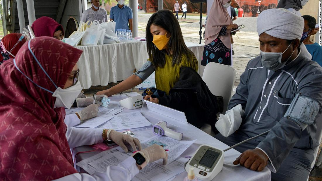El repunte de covid-19 en Indonesia hace temer a los expertos sanitarios que lo peor esté por llegar