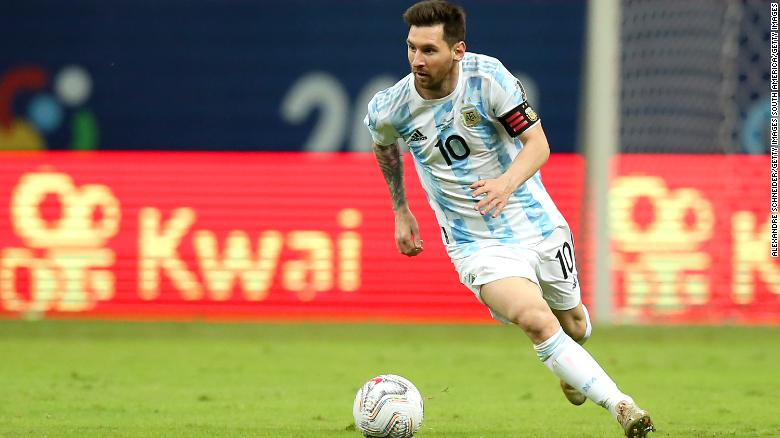 Messi iguala récord con Argentina... y firma el increíble tatuaje de un fan