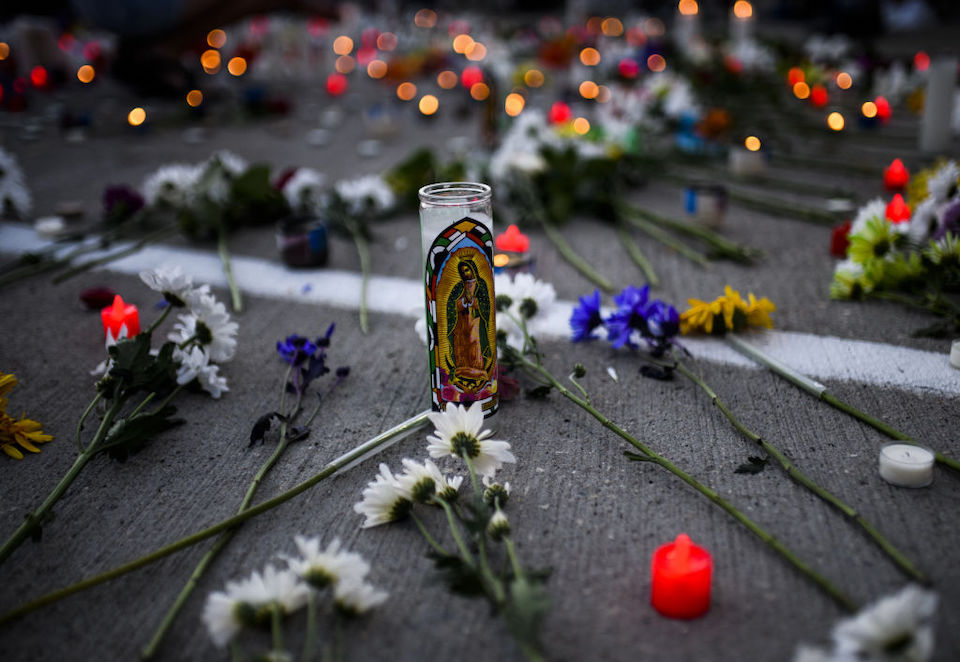 Una mujer murió después de que un automóvil atropellara a manifestantes en Minneapolis, según la policía