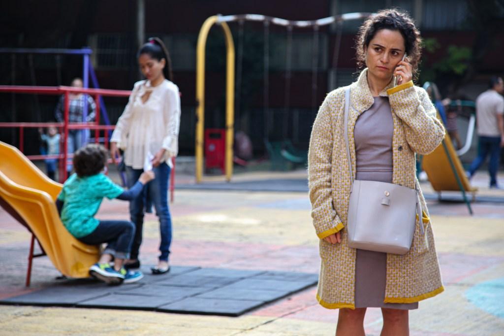 Rosa (Damayanti Quintanar) sufre de obsesión por la limpieza, al mismo tiempo que trabaja en una bodega de artículos de limpieza (Foto HBO Latino América)