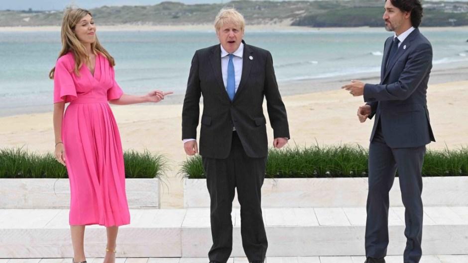 Jhonson, su esposa Carrie y Justin Trudeau, en la Cumbre del G7