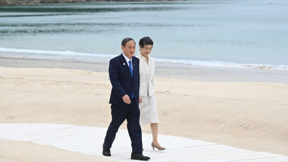 Yoshihide Suga y su esposa Mariko, al llegar a la Cumbre del G7.