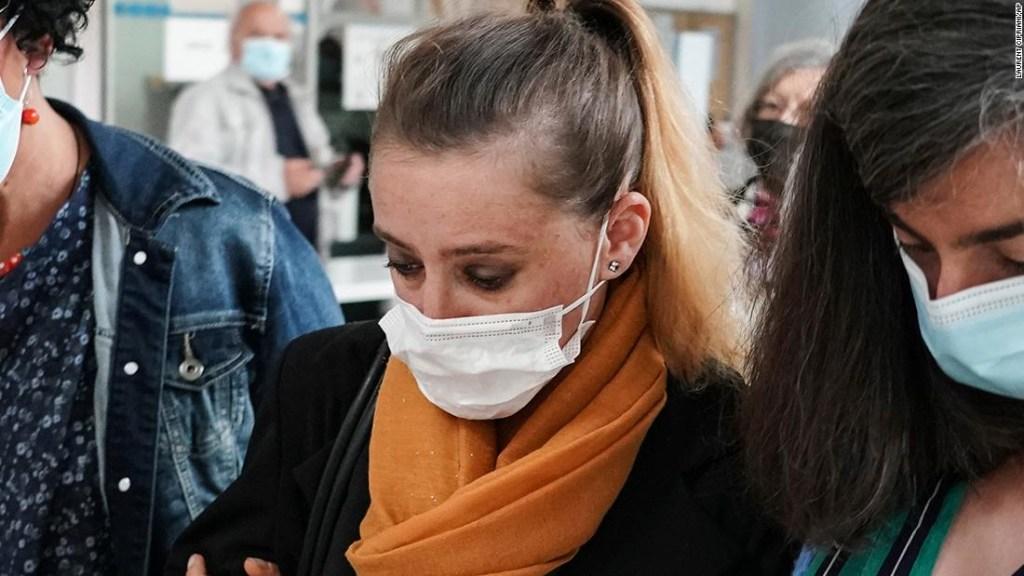 La francesa que mató a su marido abusivo se desmaya en la corte mientras los fiscales buscan una sentencia que podría dejarla salir libre