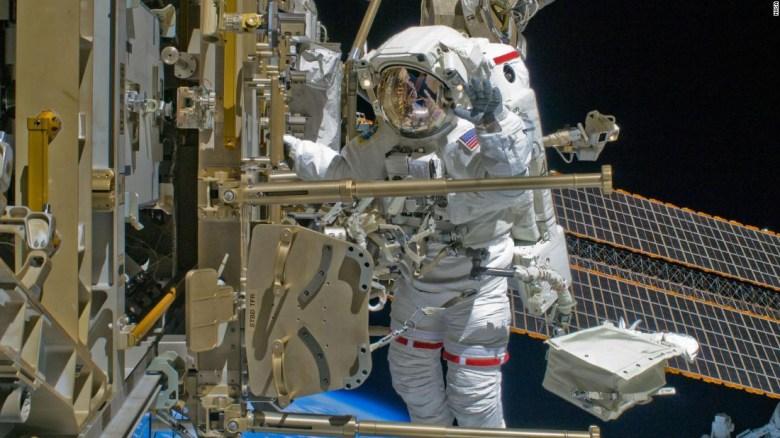 Observa cómo los astronautas dan un impulso de energía a la Estación Espacial Internacional