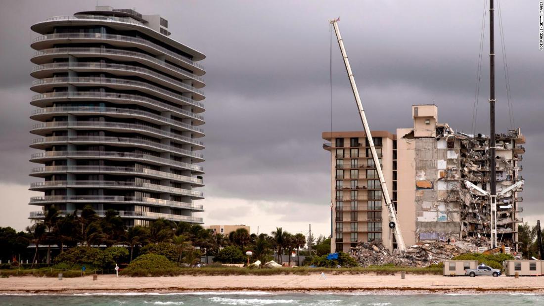 propietarios de condominios en Surfside se quejaron de la construcción de una torre de lujo al lado