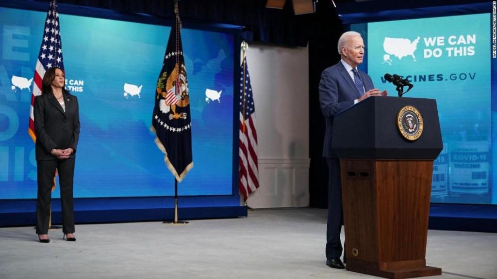 'Recibe una vacuna y tómate una cerveza': la nueva estrategia de Biden del vaso medio lleno cautiva a los escépticos de las vacunas