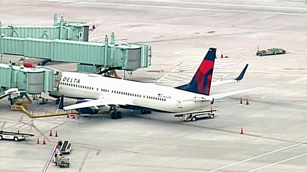 Arrastran a un pasajero para sacarlo de un avión tras ser detenido por intentar acceder a la cabina del piloto