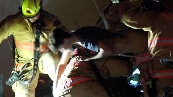 Bomberos rescatan a joven de escombros del edificio Surfside