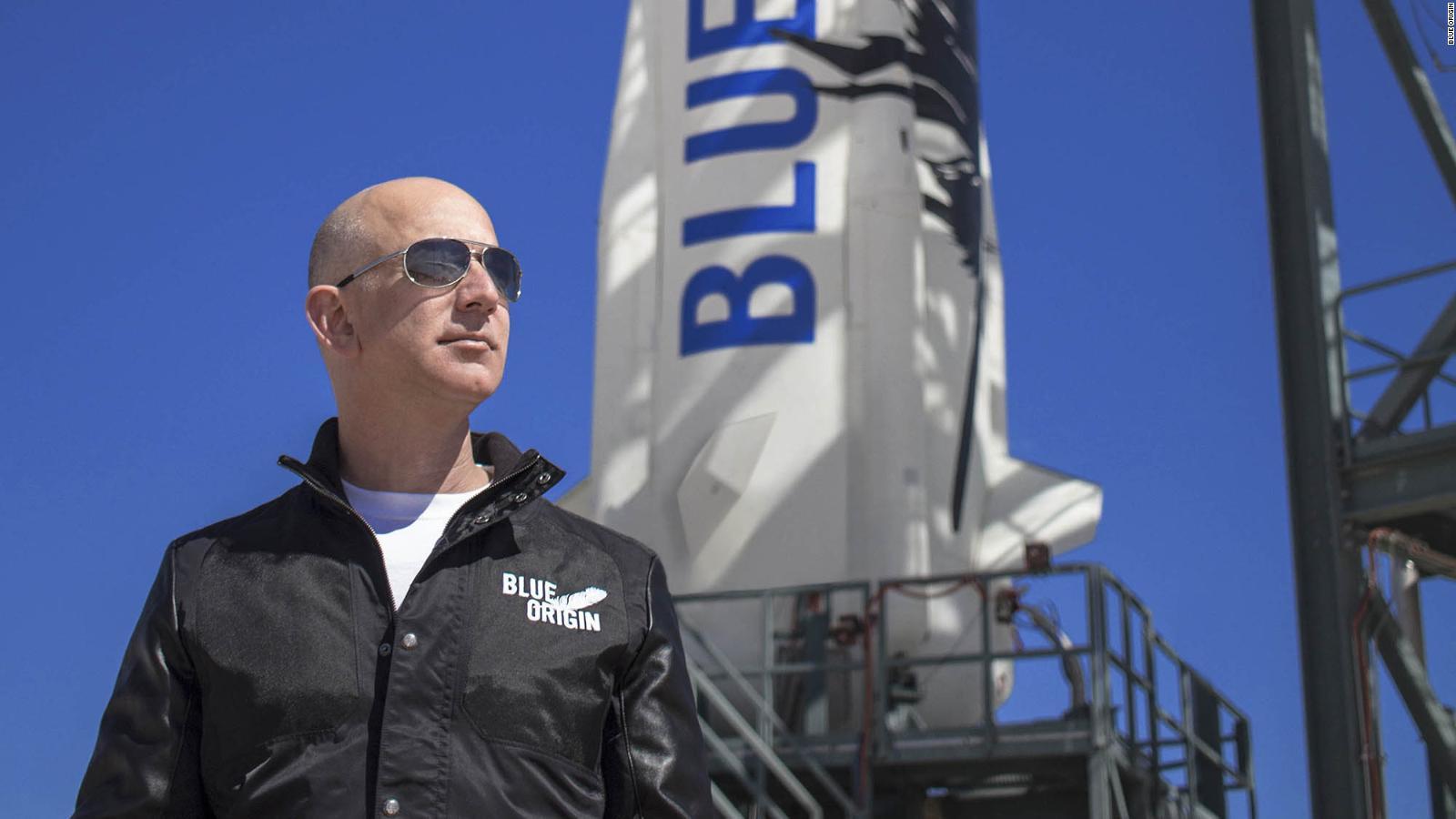 Jeff bezos posando delante del cohete de Blue origin, el new shepard