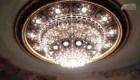Más de 25 personas limpian la araña del teatro Colón