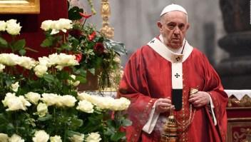 Operan al papa Francisco