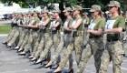 Redoblan defensa de mujeres soldados marchando en tacones