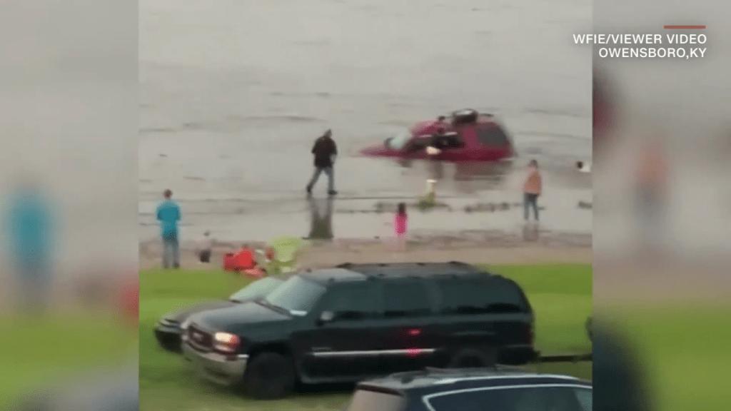Padre salva a sus hijas de ahogarse en una camioneta