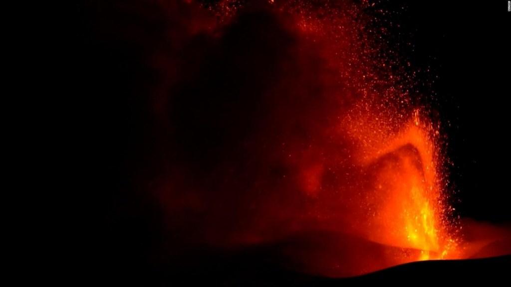 El Etna vuelve a arrojar lava y ceniza