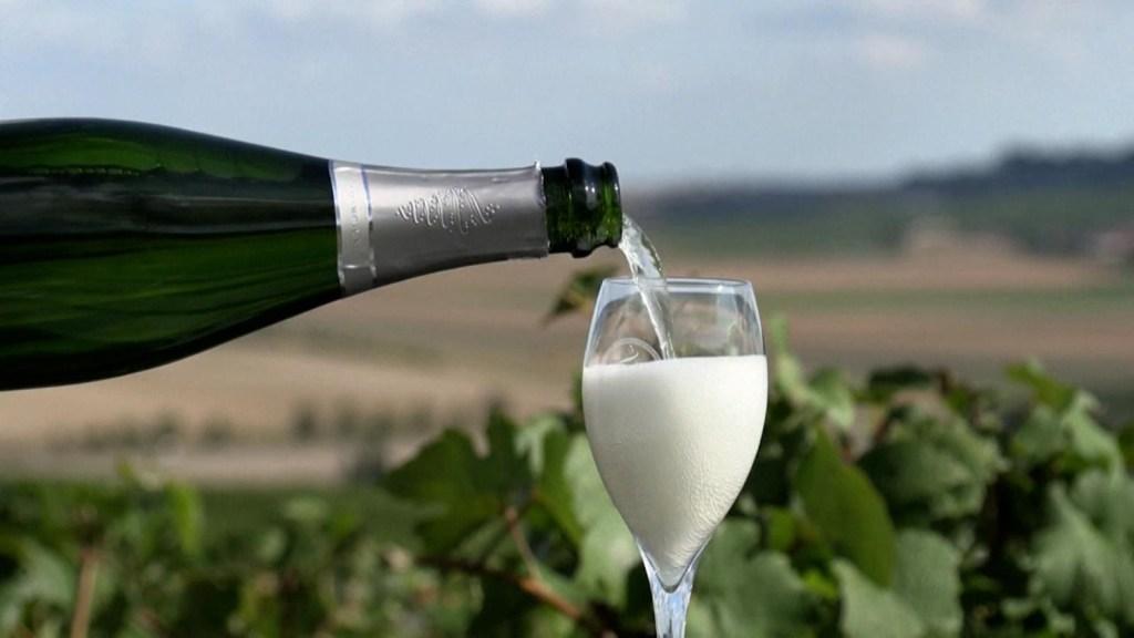 """Francia y Rusia emprenden """"espumosa guerra"""" por champán"""