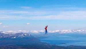 Baten récord con una impresionante caminata sobre cuerda