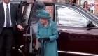 La reina Isabel II salió del palacio para ir a un pub