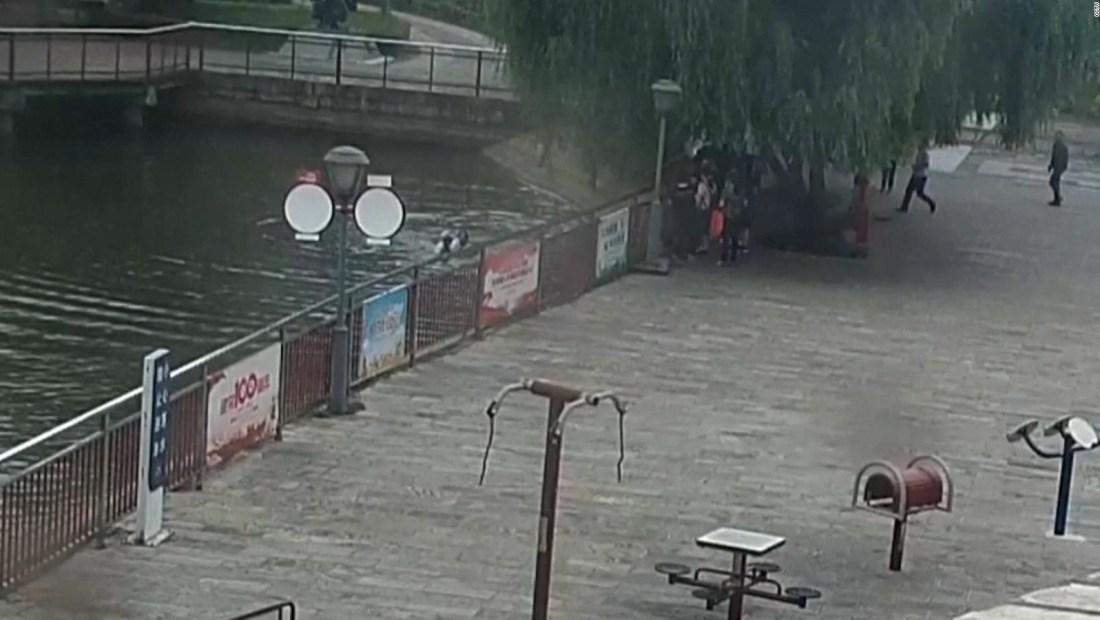 Octogenario salta en el río para salvar a un niño