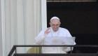 Papa Francisco aparece ante feligreses tras cirugía