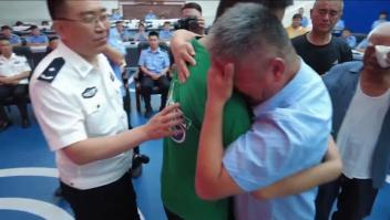 Padres se reúnen con su hijo secuestrado tras 24 años
