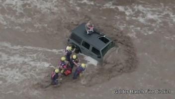 Rescate de un padre y sus hijas en medio de inundaciones