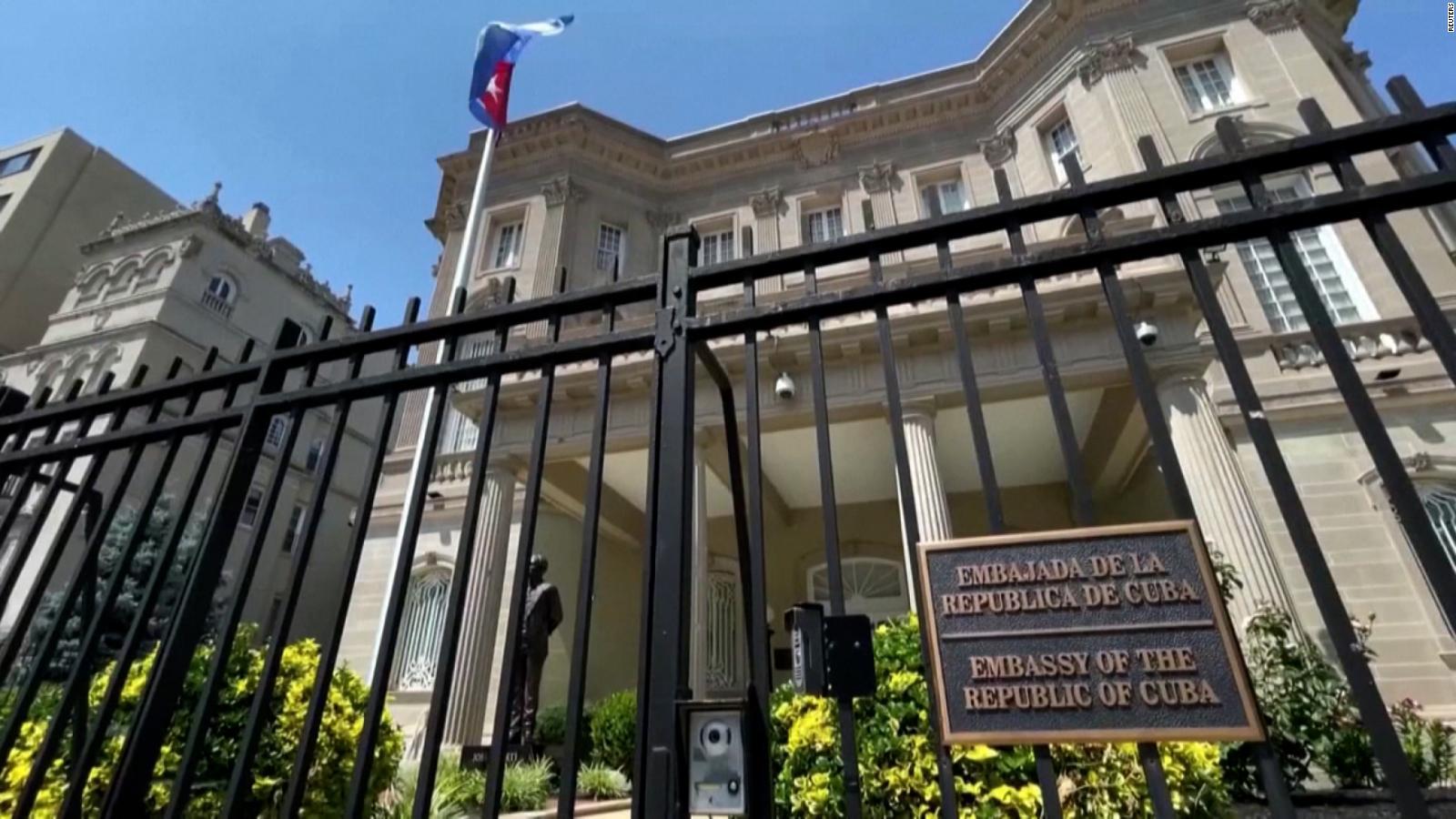 Pintan un gigantesco mural frente a la embajada de Cuba en EE.UU. | Video