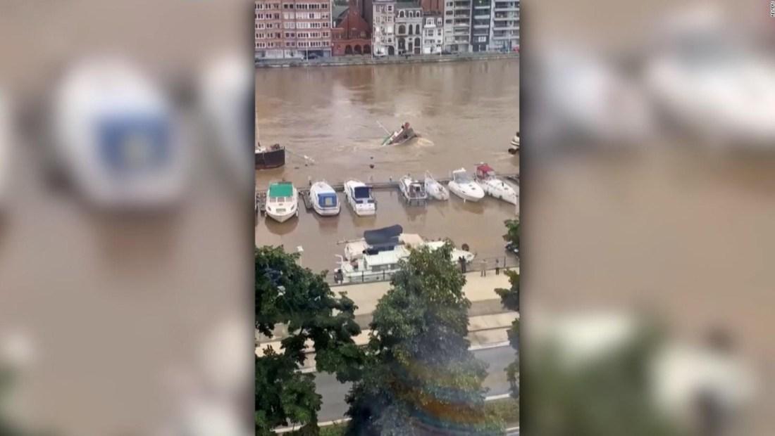 Mira cómo se hunde una barcaza en el río Mosa de Bélgica