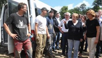 Contendientes políticas recorren juntas zonas inundadas